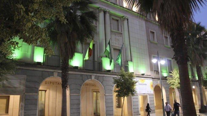 Aspecto que presenta esta noche el edificio que alberga la Diputación de Huelva