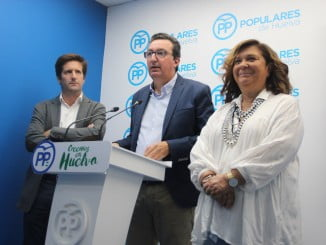 Manuel Andrés González junto a Carmen Céspedes y Guillermo García