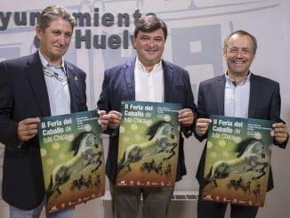 El alcalde de Huelva junto al presidente de los comerciantes de Isla Chica y el director de la Escuela Hípica