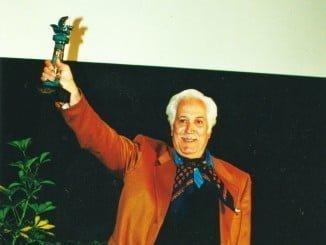 Federico Luppi con el Premio Ciudad de Huelva que recibió en el 2000