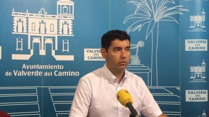 El alcalde de Valverde, Manolo Cayuela, anuncia el inicio de las obras del Pfea