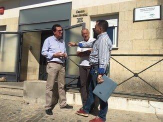 Manuel Andrés González, junto con otros responsables del PP, ha visitado el centro de mayores de El Cerro