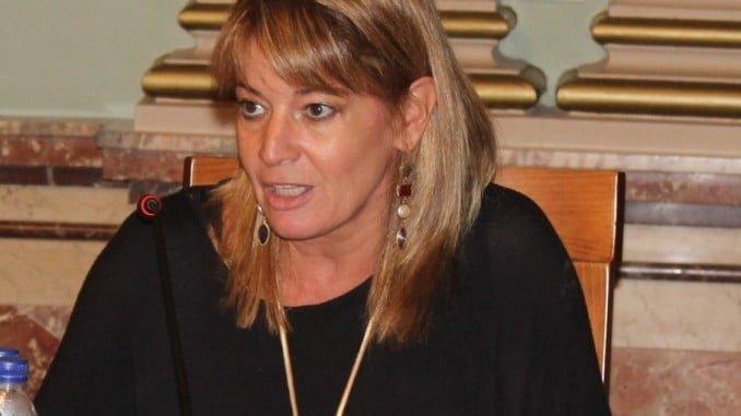 La portavoz del Grupo Popular en un pleno del Ayuntamiento de Huelva