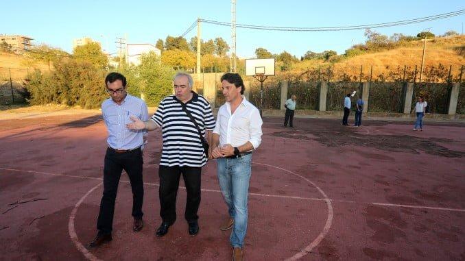 Jesús Manuel Bueno con vecinos en las pistas deportivas de la barriada del Cermen