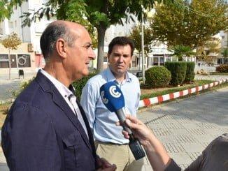 Momento de la visita del Alcalde de Lepe y el Teniente de Alcalde de Urbanismo a las obras del proyecto de modernización del comercio ambulante en la plaza de las Carabelas