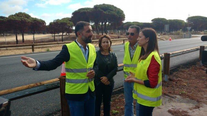 La delegada de Fomento y el alcalde de Moguer visitan las obras por el incendio forestal