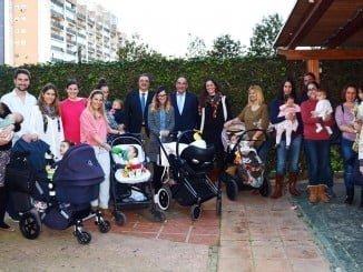 Responsables del Hospital Costa de la Luz con varias familias