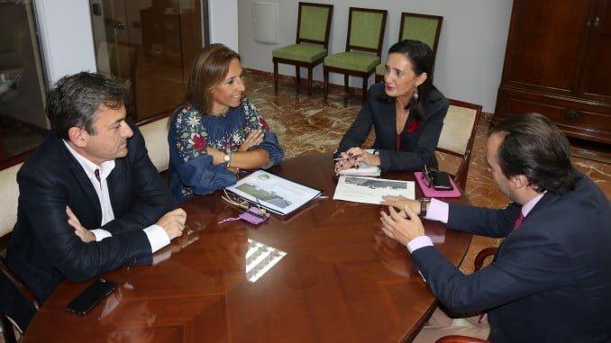 La subdelegada del Gobierno junto a miembros de la Fundación Laberinto