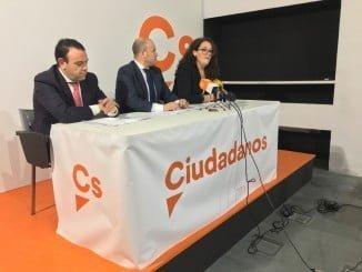 El parlamentario de Cs julio Díaz junto a la portavoz en el Ayuntamiento de la Palma, Inmaculada Bellerín
