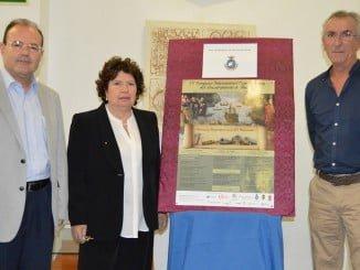 El concejal de Cultura de San Juan del Puerto junto a los profesores Luisa D`Arienzo y David González Cruz