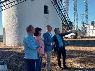 El delegado de la Junta,  el consejero de Turismo y Deporte y el alcalde de Cabezas Rubias junto al molino