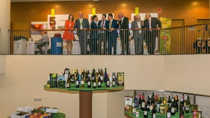 Autoridades asistentes al Congreso junto a la bodega de productos andaluces