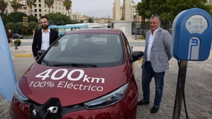 A la derecha, el consejero de Empleo en la muestra de vehículos eléctricos