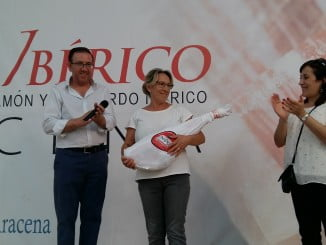 El alcalde de Aracena junto a la ganadora del sorteo de Su Peso en Jamón