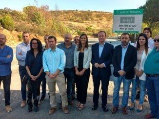 La delegada de Fomento y Vivienda junto a los alcaldes de los municipios a los que afectan las obras
