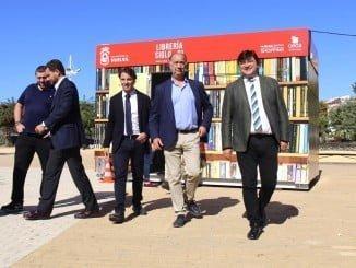 El alcalde de Huelva ha visitado los cinco comercios instalados en la Plaza del Antiguo Estadio