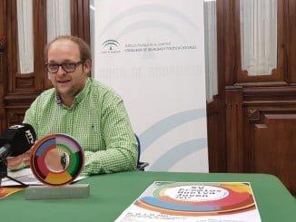 El coordinador provincial del IAJ, Sebastián Pérez, presenta los Premios Huelva Joven