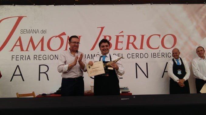 El alcalde de Aracena junto a Vicente García Ortega, ganador del Concurso de Cortadores