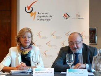 A la izquierda, María Dolores del Pino y Pino, presidenta de la Sociedad Española de Nefrología; a la derecha, Jesús Molinuevo, presidente de ALCER