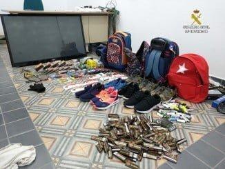 El televisor y demás objetos intervenidos por la Guardia Civil
