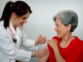 Los mayores de 65 años están en el grupo que debe vacunarse ante la gripe