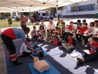 El aula móvil del Consorcio de Transporte Sanitario en la Plaza Houston con escolares.
