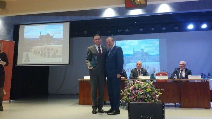El presidente de la FAMP, Fernando Rodríguez, entrega el premio al alcalde de Aracena.