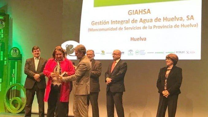 La presidenta de Giahsa, Laura Pichardo, recibe el premio de mano de José Fiscal.