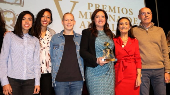 Presidenta, técnico y jugadoras con la subdelegada del Gobierno de Huelva tras recibir el premio.