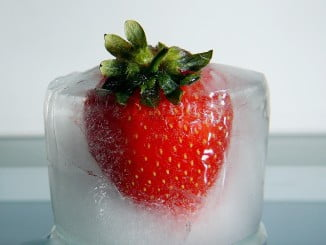 Los cubitos de hielo con fresas pueden aromatizar muchas bebidas