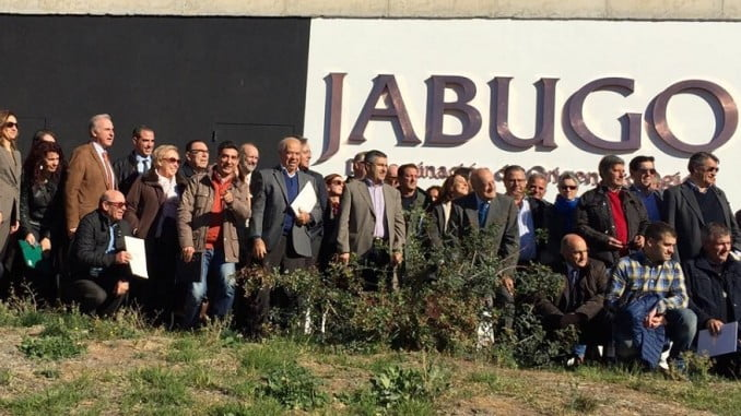 Lo participantes en el Congreso y Asamblea de Origen España ante el logo de la DOP Jabugo.