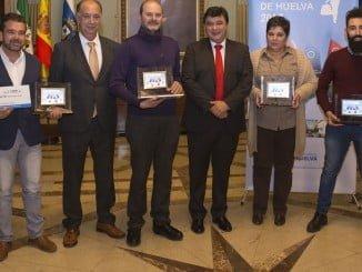 Los premiados con el alcalde y el presidente de CECA-Huelva.