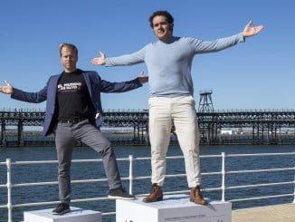 El director, guionista y productor Alfonso Sánchez y el intérprete Alberto López en el Paseo de la Ría