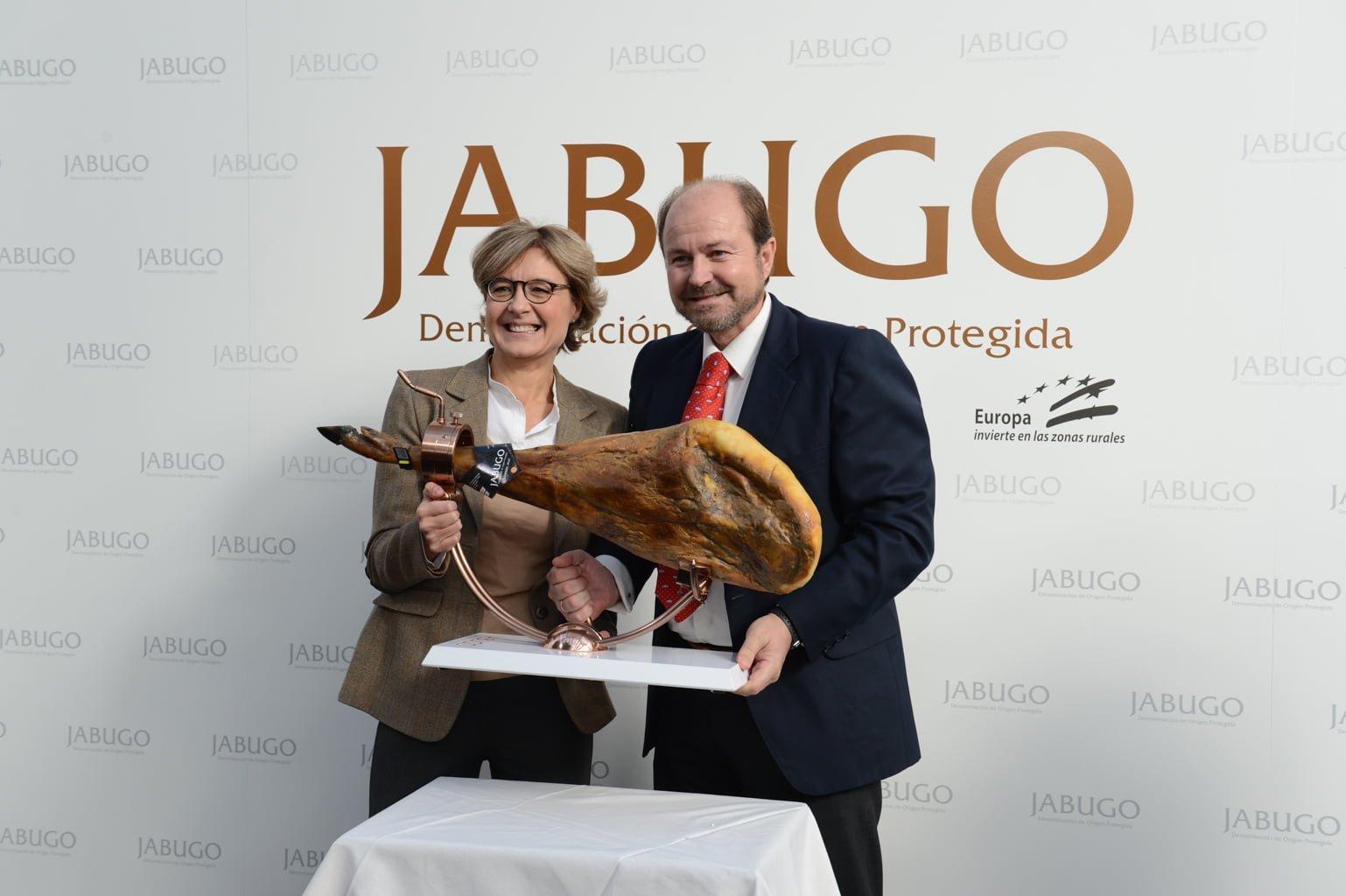 La ministra de Agricultura, García Tejerina, junto a Guillermo García-Palacios Álvarez, presidente de la DOP Jabugo.