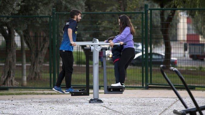 El circuito cuenta con doce aparatos para ejercicios físicos