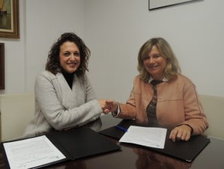 María José Pulido y Gloria Puy tras la firma del convenio