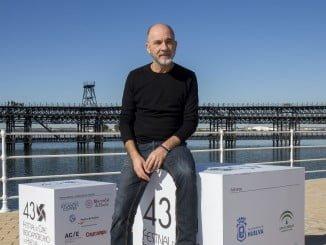 El actor argentino Darío Grandinetti posa en el Paseo de la Ría de Huelva