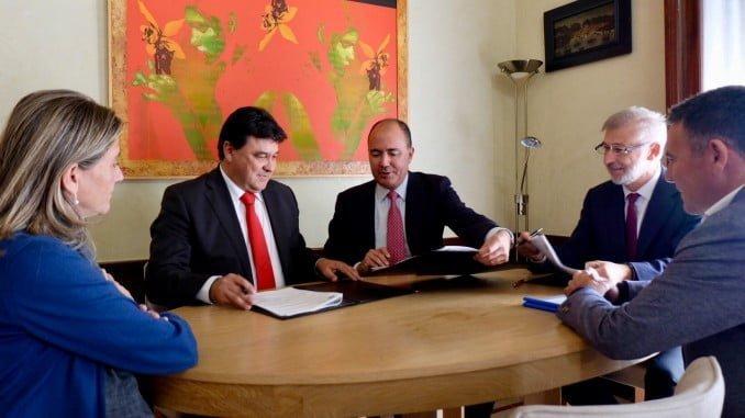 El alcalde de Huelva firma un convenio con la empresa concesionaria del parking del Juan Ramón Jiménez