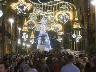 La inauguración del alumbrado de Navidad y el Black Friday ha llenado las calles de onubenses