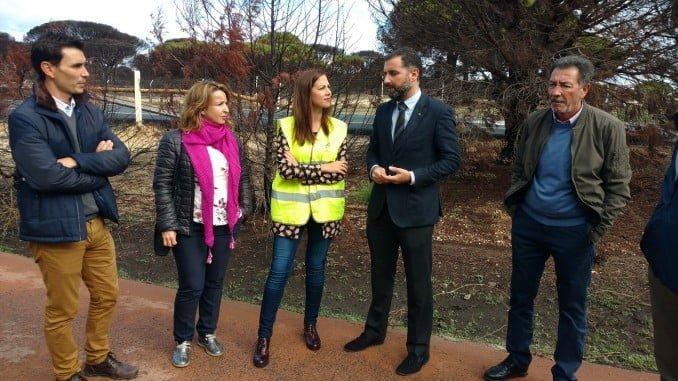 La delegada de Fomento y el alcalde de Moguer viitan las obras en la zona afectada por el incendio