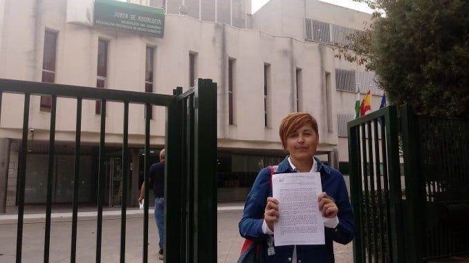 Isabel Lancha con el escrito registrado en la Delegación de Medio Ambiente de Huelva
