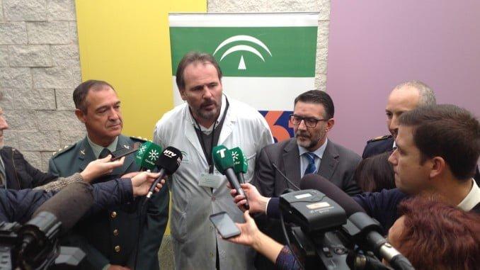 El gerente del Juan Ramón Jiménez, Antonio León, atiende a los medios antes del inicio de las jornadas