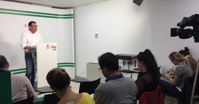 El socialista Manuel Domínguez comparece ante los medios en rueda de prensa