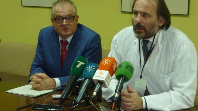 Rafael López, junto con el director gerente del Área Hospitalaria Juan Ramón Jiménez, Antonio León