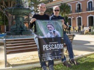 Grandinetti y Glusman junto al carten anunciador de 'Pescador'