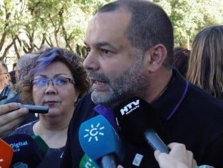 El coordinador provincial de IU, Rafael Sánchez Rufo, atendiendo a los medios de comunicación
