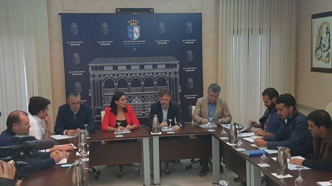 Reunión del consejero de Medio Ambiente y la alcaldesa de Almonte con los ganaderos marismeños