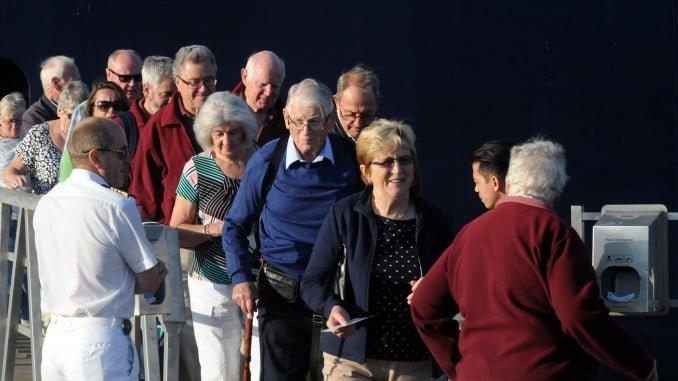 Turistas extranjeros a su llegada al Puerto de Huelva