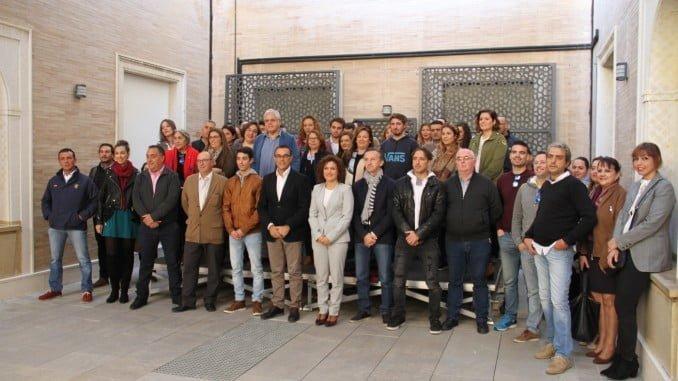 El presidente de la Diputación de Huelva junto a los jóvenes emprendedores subvencionados