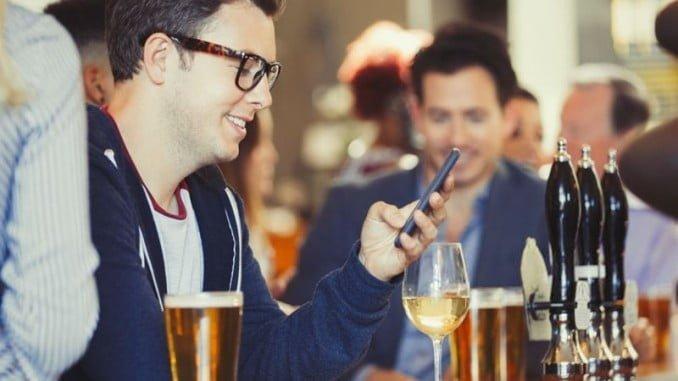 El déficit de comunicación se agudiza a la hora de relacionarse con los consumidores más jóvenes, lo que convierte al vino en un producto poco competitivo en el mercado interior en comparación con otras bebidas frías envasadas, en especial la cerveza
